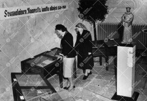 Kirjaston henkilökuntaa 2.-3.10.1948 tuomiokirkon eteisessä  pidetyssä raamattunäyttelyssä.