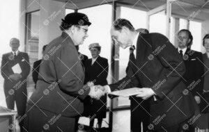 Onnittelut uudelle kirjastotalolle 3. kesäkuuta 1955. Vuorossa  eduskunnan kirjaston ylikirjastonho