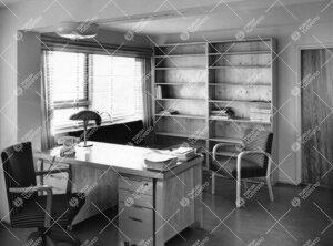 Lääketieteellinen kirjasto, virkailijan työhuone lainaustoimiston  vieressä 1950-luvulla.