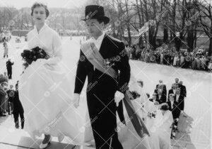 Promootio 3. kesäkuuta 1955. Juhlakulkue saapumassa  tuomiokirkkoon. Vuorossa seppeleensitojattaret