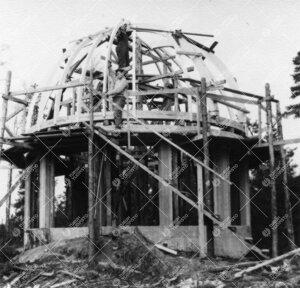 Kaksoisteleskoopin tornia kiertokupuineen rakennetaan Tuorlassa  vuonna 1959.