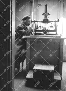 Yrjö Väisälä ja vanha pasaasikone 1940-luvun loppupuolella.