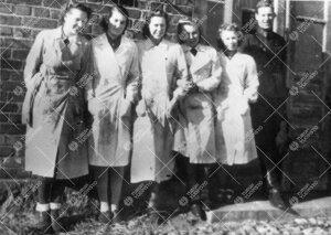 Kemian laboratorion väkeä laboratoriorakennuksen edustalla  Iso-Heikkilässä vuonna 1943.
