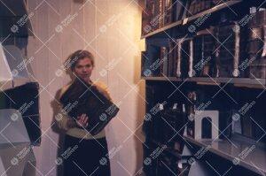 Yliopiston pääkirjaston kirjavarastoa 1950-luvun loppupuolella.  Vanhoja sidoksia esitellään.