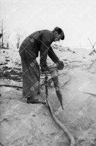 Poraus käynnissä kirjastotalon louhintatyömaalla Samppalinnanmäen  rinteellä 24. tammikuuta 194