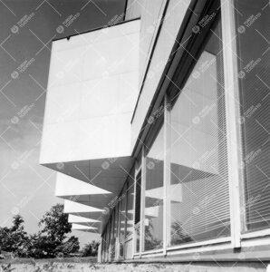 Päärakennuksen eteläistä seinää kaakon suunnalta 1950-luvun  lopulla. Detalji.