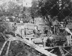 Tuorlan tunnelin eteläpäässä sijaitseva huoltorakennus nousemassa  alkusyksystä 1953.