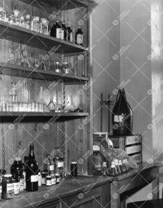 Lohm kesällä 1964. Laboratoriovälineitä.
