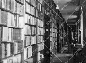 Kirjastohuoneiston toisen kerroksen pitkä (varasto)käytävä  Phoenixissa 1920-luvun alussa.