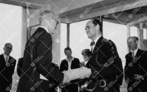 Onnittelut uudelle kirjastotalolle 3. kesäkuuta 1955.  Ylikirjastonhoitaja Tönnes Kleberg luovutti