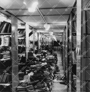 Yliopiston pääkirjaston kirjavarastoa ja työntekijöitä helmikuussa  1963.