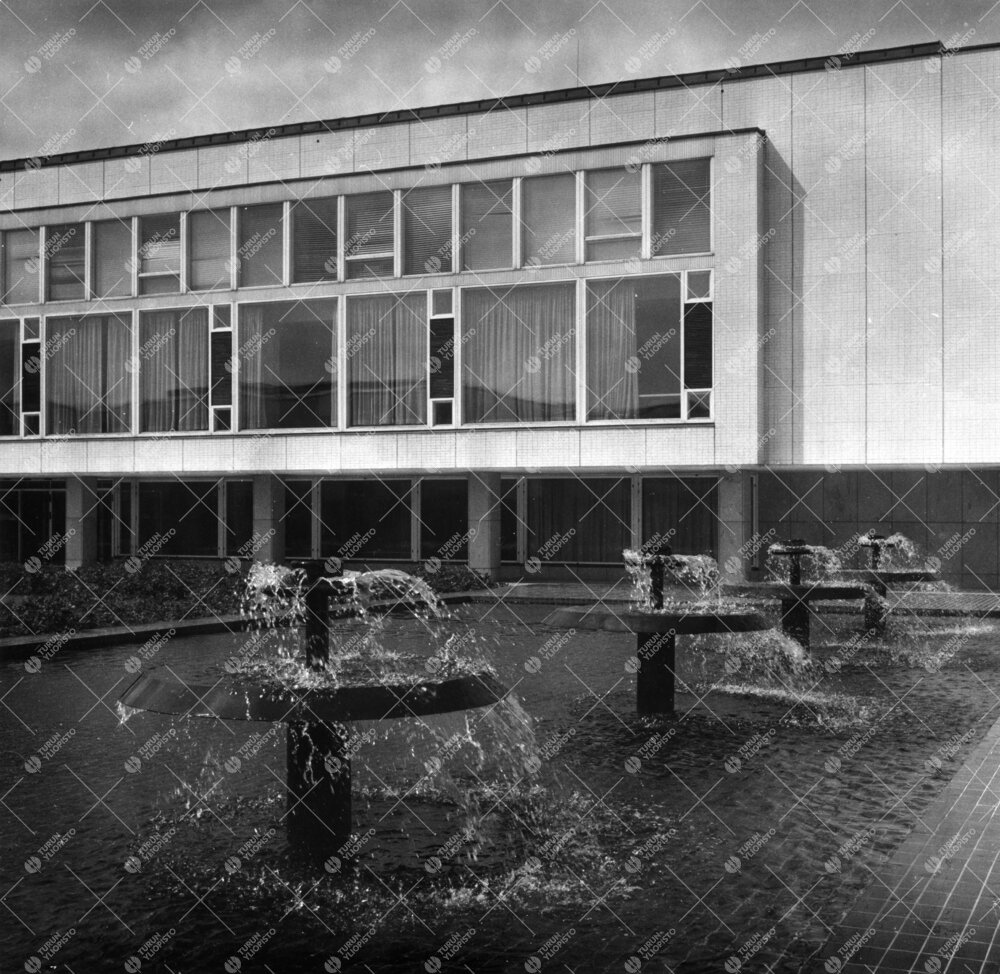 Yliopiston keskusaukion suihkuallas ja pääkirjasto 1950- ja  1960-lukujen vaihteessa.