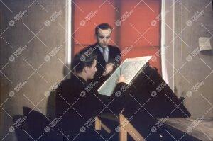 Maantieteen assistentti, FM Mauno Mielonen ja opiskelija kartan  äärellä 1950-luvun loppupuolella