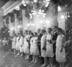 Promootiotanssiaiset Palokunnantalossa 13. toukokuuta 1927.  Maisterien franseesi alkaa.