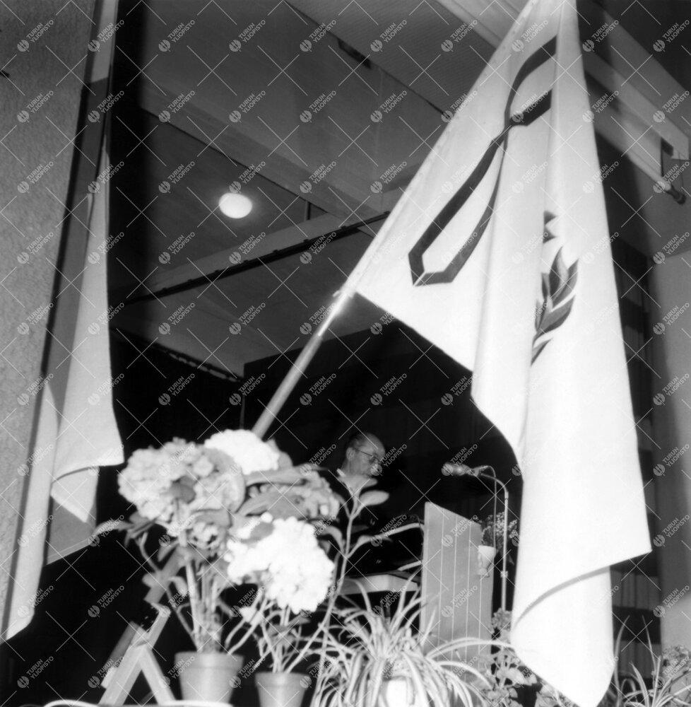 Turun normaalilyseon lipun vihkimistilaisuus 31. toukokuuta 1963.  Rehtori Sampo Haahtela pitämäss