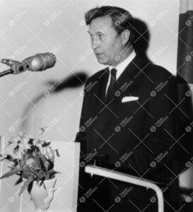 Turun normaalilyseon lipun naulaustilaisuus 30. toukokuuta 1963.  Puhumassa lipun suunnittelija, tai