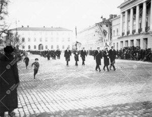 Åbo Akademin ylioppilaskunnan kulkue ohittamassa ÅA:n  päärakennusta ja saapumassa ilmeisesti en