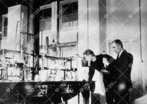 Ylioppilaat Reino Leimu ja V. Pekkala Iso-Heikkilän kemian  laboratoriossa vuonna 1924.