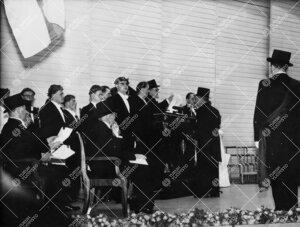 Promootio 3. kesäkuuta 1955 konserttitalossa. Akti. Akateemikko  Yrjö Väisälä vihitään kunnia
