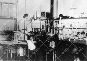 Lehtori Yrjö Iisalo Iso-Heikkilän kemian laboratoriossa vuonna  1923.