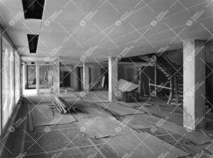 Kirjastotaloa rakennetaan 1953 - 1954. Sisääntuloaula  keskusaukiolta ja portaikko toisen kerrokse