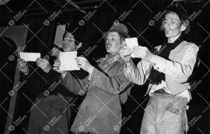 """Joulujuhlanäytelmä """"Kolme iloista rosvoa"""" Turun normaalilyseossa  19. joulukuuta 1960."""
