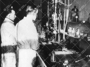 Iso-Heikkilän kemian laboratoriossa vuonna 1945.