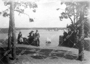 Kirjaston henkilökunnan huviretki Kultarantaan 1920-luvun alussa.  Puutarha. Taustalla ulapan takan