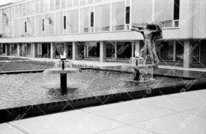 """Keskusaukion suihkuallas soihtuineen 1950-luvun puolivälissä.  Oikealla """"Genius ohjaa nuoruutta""""-v"""