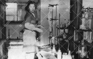 Aila Lounasalo Iso-Heikkilän kemian laboratoriossa vuonna 1947.