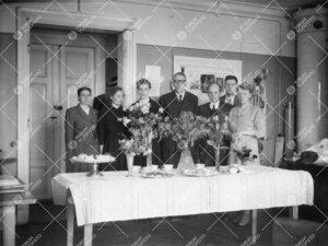 Liisi Oterma ja laitoksen henkilökuntaa ym. onnittelijoita  fysiikan laitoksella vuonna 1955. Kyse