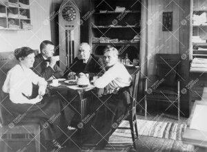 Kahvitauko Turun Suomalaisen Yliopistoseuran ensimmäisessä  toimistossa (1918-1920) osoitteessa Ka