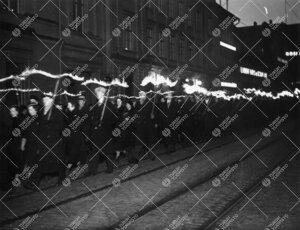 Turun Yliopiston vuosijuhla 28. helmikuuta 1935. Ylioppilaiden  soihtukulkue Aurakadulla matkalla ku