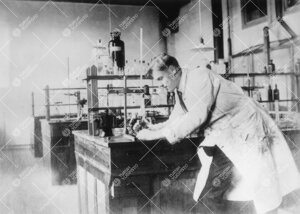 Ylioppilas Reino Leimu kemian laboratorion erikoistyöosastolla  vuonna 1925.