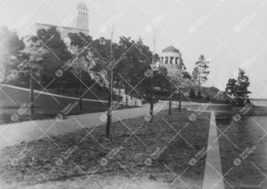 Kirjaston henkilökunnan huviretki Kultarantaan 1920-luvun alussa.  Kuva rannalta kohti huvimajaa ja