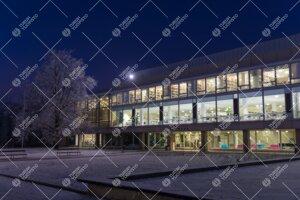 Feeniks-kirjasto sinisenä talviaamuna