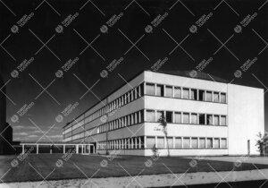 Fysiikan ja kemian laitosrakennus kuvattuna lounaan suunnalta  päärakennuksen edestä kesällä 19