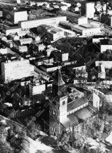 Tuomiokirkon ja yliopistonmäen välisen alueen käsittävä ilmakuva  kesältä 1958. Kuvaussuunta