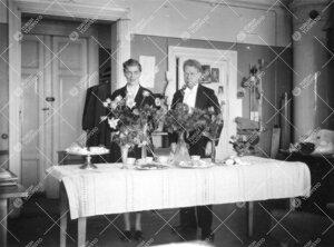 Liisi Oterma ja Yrjö Väisälä fysiikan laitoksella vuonna 1955.  Kyse lienee Oterman tohtoroitumi