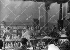 Työskentelyä Iso-Heikkilän kemian laboratorion kvalitatiivisella  osastolla vuonna 1954.