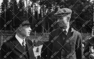 Professori Arvid Rosenqvist (vas.) ja yliopistonsihteeri  (1943-1954) Anton (Antti) Puska perunannos