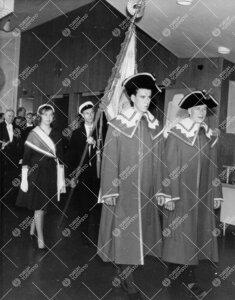 Promootio 27. toukokuuta 1960. Pedellit ja yliopiston lippu  saapumassa konserttisaliin akateemisen