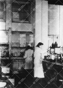 Iso-Heikkilän kemian laboratoriossa vuonna 1943  (todennäköisesti). Etualalla Sylvia Fabritius.