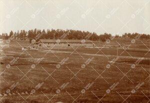 Iso-Heikkilän maakiinteistöä noin vuonna 1920. Taustalla entinen  kasarmin tallirakennus, joka sa