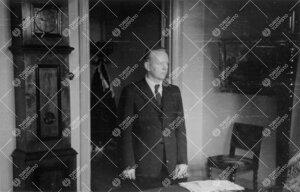 Ylivahtimestari Erik (Erkki) Pekkola Phoenixin rehtorinhuoneessa  vuonna 1948.