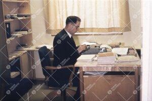 Vararehtori Tauno Nurmela kirjoituskoneen äärellä Phoenixissa  1950-luvun loppupuolella.