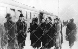 Ekskursio Helsinkiin talvella 1948. Turun rautatieasemalla junan  lähtöä odottelemassa.