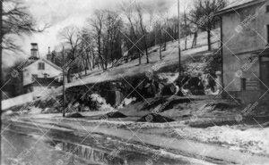 Näkymä Itäiseltä Rantakadulta Samppalinnan vuoren rinteeseen  kevättalvella 1946. Kuva liittyy