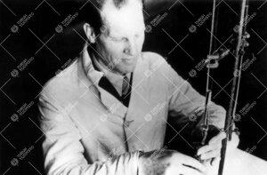 Assistentti Reino Leimu Iso-Heikkilän kemian laboratoriossa  vuonna 1945.
