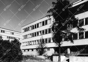 Turun Yliopiston pääkirjaston läntinen julkisivu 1950-luvun  lopulla. Taustalla Luonnontieteident